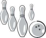 Skittles et bille pour le jeu dans le bowling Images libres de droits