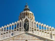 Skiva överkanten av domkyrkan Blagoveshhanija i Nazareth mot den blåa himlen toning arkivfoton