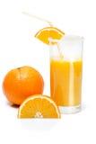 Skiva av apelsinen och ett exponeringsglas av orange fruktsaft Arkivbilder