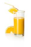 Skiva av apelsinen och ett exponeringsglas av orange fruktsaft Royaltyfri Fotografi