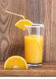 Skiva av apelsinen och ett exponeringsglas av orange fruktsaft Royaltyfria Foton