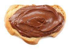 Skiva av bröd med chokladpralin som isoleras på vit bakgrund Arkivfoton