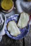 Skiva av bröd med smör och honung Royaltyfri Foto