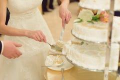 Skiva av bröllopstårtan Royaltyfri Fotografi