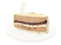 Skiva av chocolatmoussecaken på den vita plattan Arkivfoton