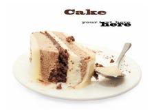Skiva av chocolatmoussecaken på den vita plattan Arkivfoto