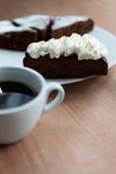 Skiva av chokladkakan med svart kaffe Royaltyfri Fotografi