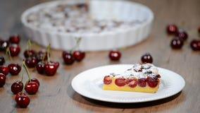 Skiva av clafoutis med körsbäret i platta stock video