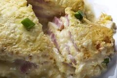 Skiva av den bakade kakan som göras från skinka, ägg, ost och gräddfil Royaltyfri Foto