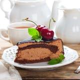 Skiva av den läckra kakan för chokladmousse Arkivbilder