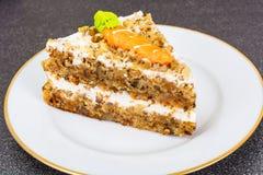 Skiva av den ljusbruna kakan för morot Arkivfoto