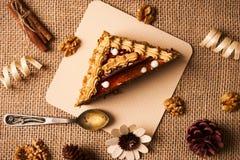 Skiva av den ljusbruna kakan med choklad Royaltyfria Bilder