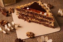 Skiva av den ljusbruna kakan med choklad Royaltyfri Fotografi