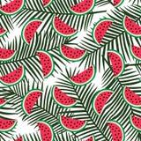 Skiva av den röda vattenmelon på ett grönt palmbladbakgrundssmattrande stock illustrationer