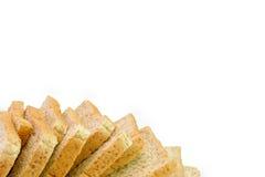 Skiva av ett bröd för helt vete som isoleras på en vit bakgrund fotografering för bildbyråer