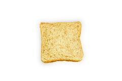Skiva av ett bröd för helt vete som isoleras på en vit bakgrund royaltyfri fotografi