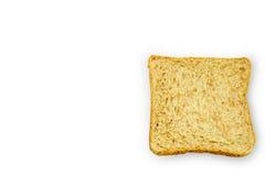 Skiva av ett bröd för helt vete som isoleras på en vit bakgrund Arkivfoto