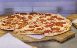 Skiva av för ostlunch för varm pizza stor sås för toppning för kött eller för matställeskorpa havs- arkivfoto