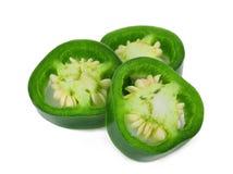 Skiva av gröna jalapenopeppar som isoleras på en vit royaltyfri foto