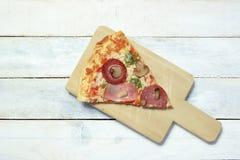 Skiva av hemlagad pizza 4 säsonger Arkivfoton