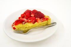 Skiva av kakan med jordgubbar Arkivbilder