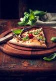 Skiva av lantlig pizza som överträffas med ny basilika Arkivbilder
