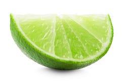 Skiva av limefrukt som isoleras på den vita bakgrunden arkivfoto