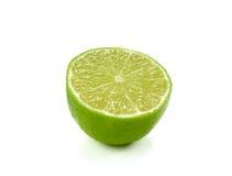 Skiva av limefrukt som isoleras på vit bakgrund arkivbilder