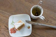 Skiva av mjuk ost Bree på en skiva av bröd Arkivfoto