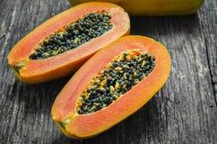 Skiva av mogna papayas arkivbilder