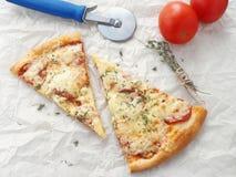 Skiva av nytt gjord peperonipizza Arkivfoton