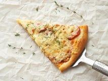 Skiva av nytt gjord peperonipizza på kakaskyffeln Arkivbild
