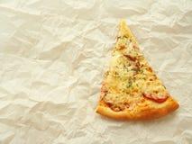 Skiva av nytt gjord peperonipizza på stekhett pergament många bakgrundsklimpmat meat mycket Royaltyfri Fotografi