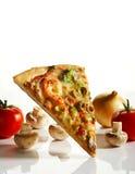 skiva av pizza med ingredienser Arkivfoto