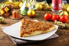 Skiva av pizza med lökar Arkivbilder