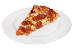 Skiva av pizza på en vit platta arkivfoto