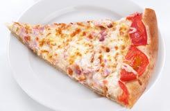 Skiva av pizza på plattan arkivbilder