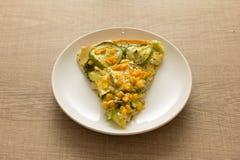 Skiva av pizza: Toppningar är zucchinin, havrekärnor och mozzarel Royaltyfri Fotografi