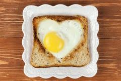 Skiva av sädes- rostat brödbröd med för snitt hjärta ut Royaltyfri Bild