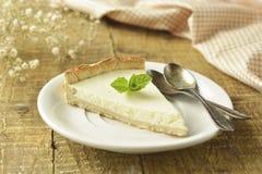 Skiva av vanlig ostkaka på trätabellen hemlagad efterr?tt royaltyfri foto