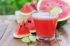 skiva av vattenmelon för smoothies med limefrukt på trän royaltyfri bild