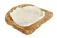 Skiva av Wholemealrostat brödspridning med mjuk ost arkivbild