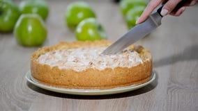 Skiva den bakade äppelpajen med den skarpa kniven stock video
