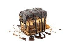 Skiva för chokladkaka med muttern som isoleras på vit bakgrund Arkivbild