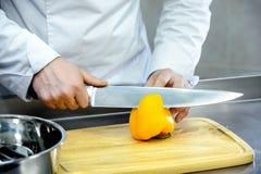 Skiva knivpeppar på ett träbräde Royaltyfri Fotografi