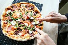 Skiva ny pizza med peperonin och grönsaker Fotografering för Bildbyråer