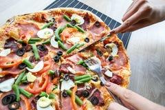 Skiva ny pizza med peperonin och grönsaker Arkivbild