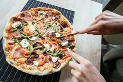 Skiva ny pizza med peperonin och grönsaker Royaltyfria Foton