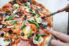 Skiva ny pizza med peperonin och grönsaker Arkivfoto