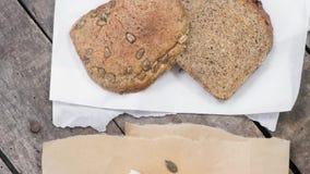 Skiva två av osyrat bröd med tofuen arkivfilmer